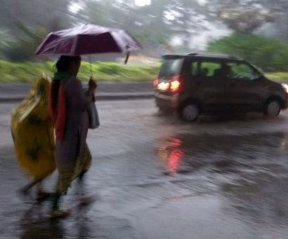 Dark skies, heavy rainfall lashes Mumbai