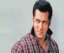 Four girls rob Salman Khan at a night club