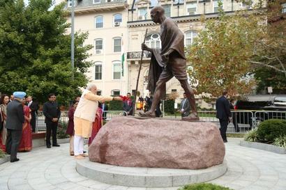 PM Modi pays tribute at Gandhi memorial in Washington