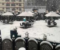 Heavy snowfall cuts Kashmir Valley from the rest of the country