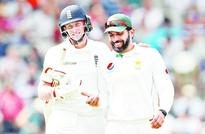 Woakes strikes, Pak in dire straits