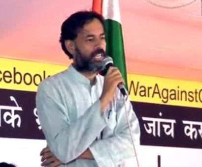 Yogendra Yadav's face inked, attacker thrashed by supporters