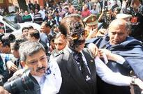 Man throws ink on Subrata Roys face, calls him 'thief'