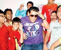 Salman Khan's 'eidi' for his little fans suffering from heart disease (view pics)