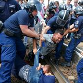 Hungarian police stop train and take migrants off