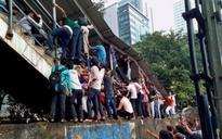 Mumbai stampede triggered by people mishearing 'phool gir gaya' as 'pul gir gaya'?