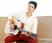 Is the actor in Armaan Malik beckoning him?